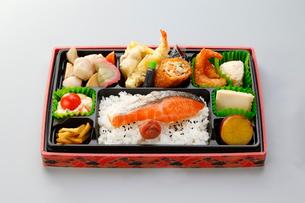 鮭の幕の内弁当の写真素材 [FYI01757493]