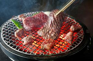 和牛サガリの炭火焼肉イメージの写真素材 [FYI01757502]