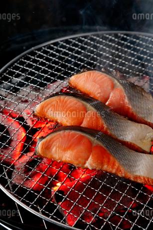 紅鮭の炭火焼のイメージ写真の写真素材 [FYI01757532]