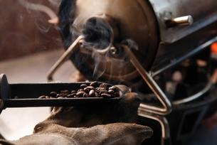 コーヒー豆を焙煎している工程写真の写真素材 [FYI01757561]