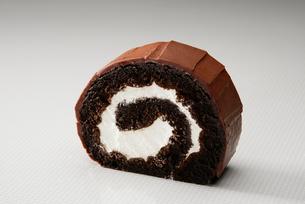 ショコラのロールケーキの写真素材 [FYI01757580]