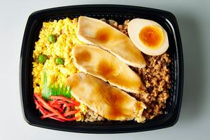 鶏の親子丼弁当の写真素材 [FYI01757729]