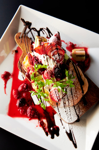 イチゴと生クリームのパンケーキの写真素材 [FYI01757733]