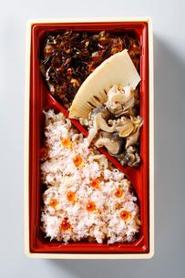 蟹、ツブ和風の北海弁当の写真素材 [FYI01757750]