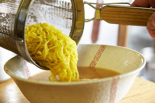 味噌ラーメンを作る工程写真の写真素材 [FYI01757809]