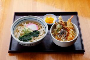 天丼とうどんのセットの写真素材 [FYI01757937]