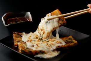 チーズとろーりチジミの写真素材 [FYI01758023]