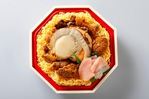 ホタテのウニの海鮮丼弁当の写真素材 [FYI01758064]
