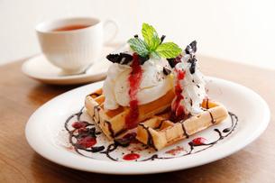 ワッフルケーキと紅茶の写真素材 [FYI01758075]