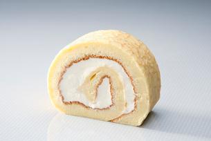 クレープに生クリームで挟んだロールケーキの写真素材 [FYI01758091]