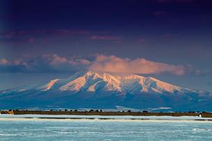 流氷と斜里岳の写真素材 [FYI01758100]