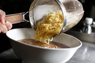 ラーメンの麺を丼に入れる工程写真の写真素材 [FYI01758115]