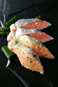 鮭の味噌漬けと糠漬の写真素材 [FYI01758132]