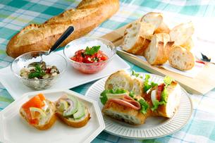 フランスパンのサンドイッチの写真素材 [FYI01758180]
