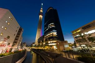 東京スカイツリーライトアップ(雅)とイーストタワーの写真素材 [FYI01758200]