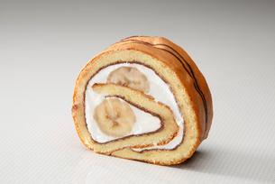 チョコバナナのロールケーキの写真素材 [FYI01758269]