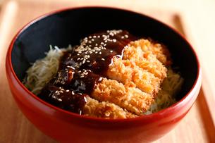 ソースとんかつ丼の写真素材 [FYI01758323]