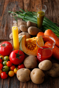 緑黄色野菜とジャガイモジュースの写真素材 [FYI01758351]