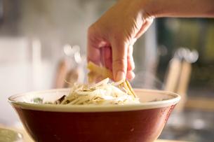 味噌ラーメンを作る工程写真の写真素材 [FYI01758429]