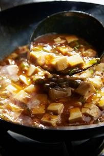 麻婆豆腐を作っている工程写真の写真素材 [FYI01758436]