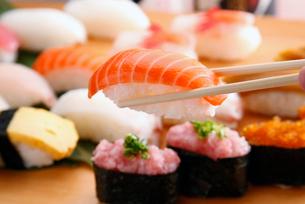 サーモンの握り寿司の写真素材 [FYI01758459]