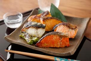 鮭とタラの味噌漬け焼きの写真素材 [FYI01758500]