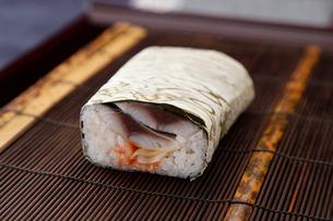 おぼろ巻き鯖棒寿司の写真素材 [FYI01758533]