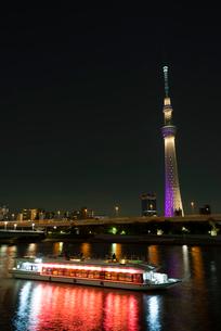 屋形船と東京スカイツリーのライトアップ(雅) 縦位置の写真素材 [FYI01758573]