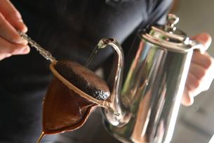 コーヒーを落している工程写真の写真素材 [FYI01758591]