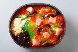 トロとイクラの海鮮丼の写真素材 [FYI01758599]