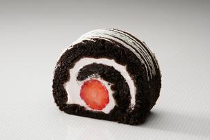 イチゴ入りショコラフレーズのロールケーキの写真素材 [FYI01758613]