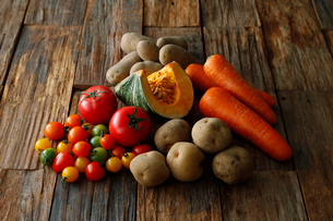 緑黄色野菜とジャガイモの写真素材 [FYI01758661]