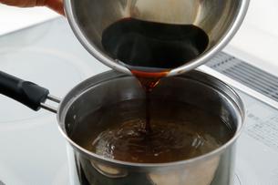 鰹節の出汁に醤油を入れている工程写真の写真素材 [FYI01758686]