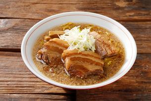 豚角煮ラーメンの写真素材 [FYI01758762]