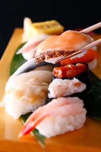炙りサーモンの寿司のイメージ写真の写真素材 [FYI01758796]