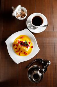 フルーツショートケーキと珈琲の写真素材 [FYI01758854]