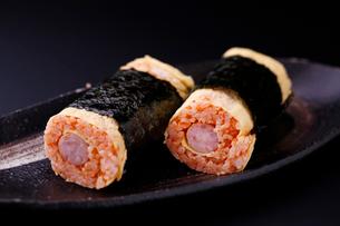 オムライス寿司の写真素材 [FYI01758893]