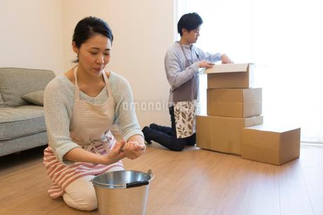 引越しの準備をする夫婦の写真素材 [FYI01758922]