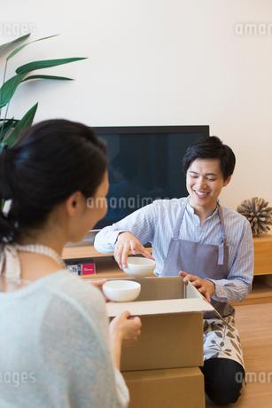 引越しの準備をする夫婦の写真素材 [FYI01758956]