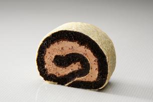 チョコチップクレープのロールケーキの写真素材 [FYI01759101]