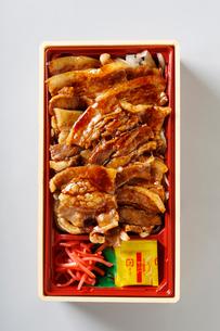 豚バラしょうが焼き弁当の写真素材 [FYI01759113]