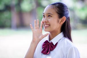 ヤッホーをする中学生の写真素材 [FYI01759162]