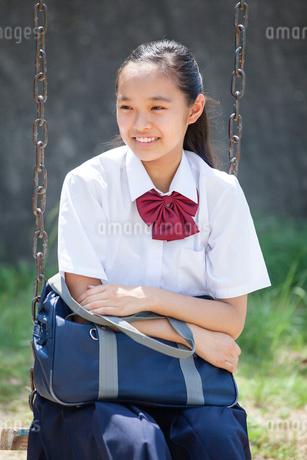 ブランコに座る中学生の写真素材 [FYI01759168]