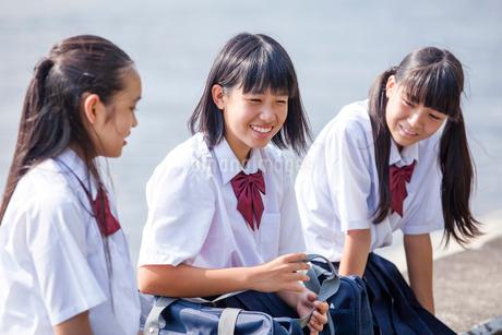 並んで座る中学生の写真素材 [FYI01759256]