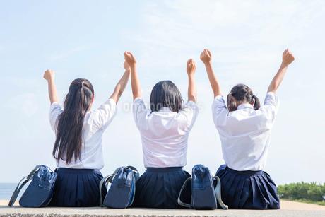 堤防で伸びをする中学生の写真素材 [FYI01759304]