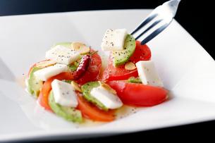 トマトとモッツァレラチーズのカプレーゼの写真素材 [FYI01759309]