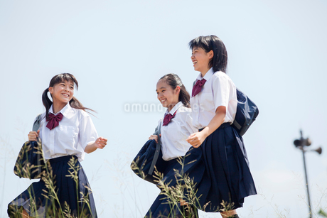 おしゃべりしながら歩く中学生の写真素材 [FYI01759346]