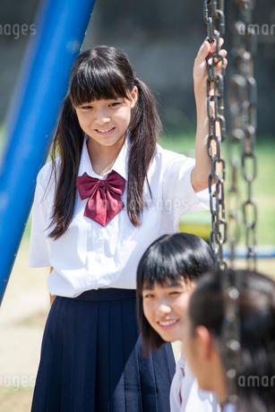 公園で話す中学生の写真素材 [FYI01759350]