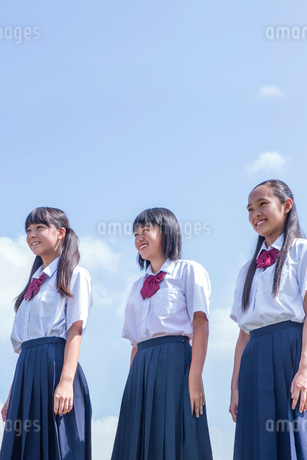 土手に立つ中学生の写真素材 [FYI01759372]
