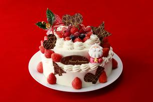 イチゴたっぷりクリスマスケーキの写真素材 [FYI01759388]